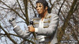 _69934552_michaeljackson_statue_getty