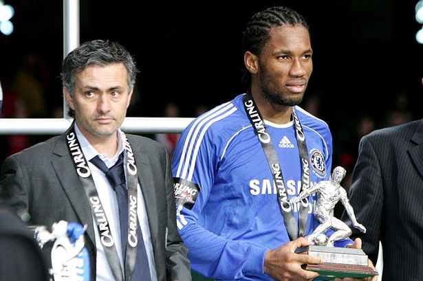 Chelsea manager Jose Mourinho with Didier Drogba (r) and his man of the match award-856188