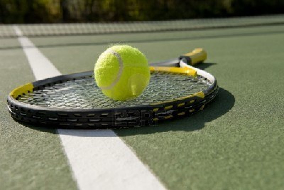 5230306-a-tennis-ball-and-racket-on-a-white-background