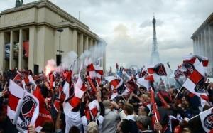 7761355392_des-centaines-de-supporters-parisiens-se-sont-reunis-au-trocadero-300x187