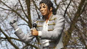 _69934552_michaeljackson_statue_getty