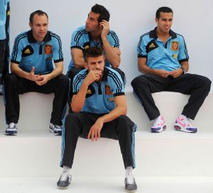 Spain players Gerard Pique, Andres Iniesta, Alvaro Arbeloa and Pedro Rodriguez sit together following a training session_310_282
