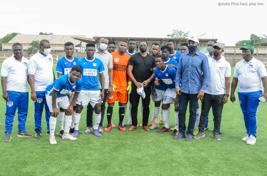 Samuel Eto'o amid Anges FC players.