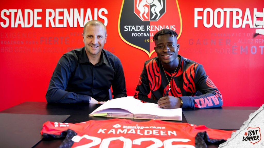 Kamaldeen Sulemana signing his 5-year contract.