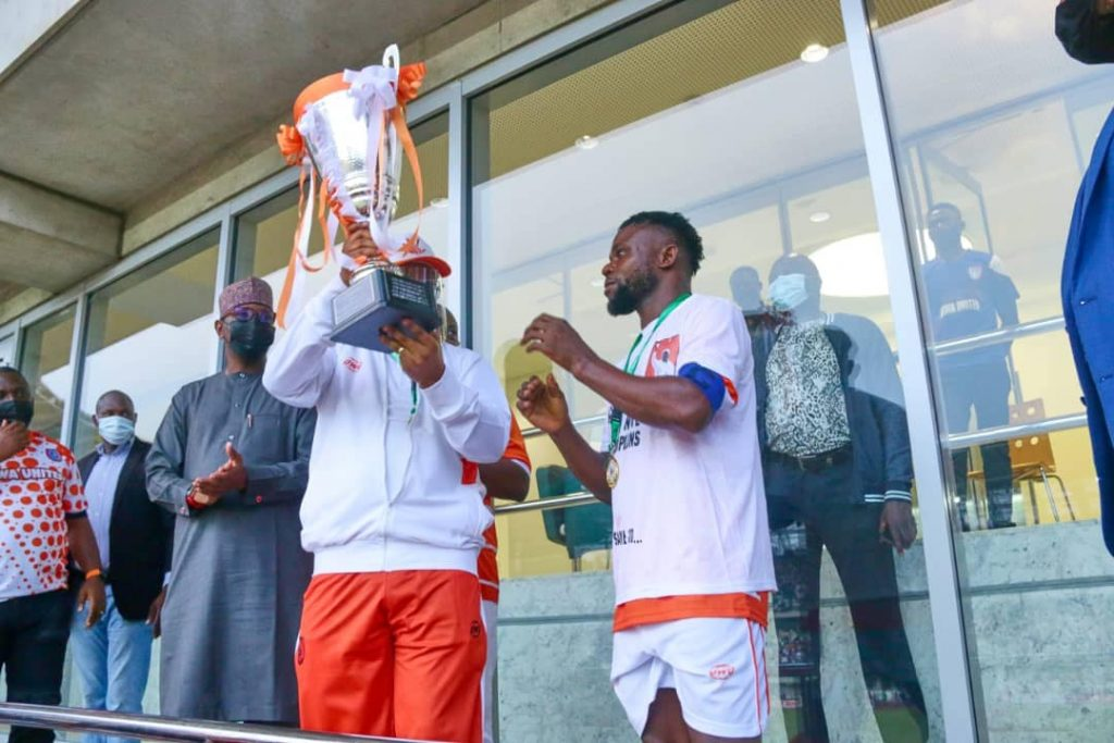 Akwa Governor Udom Gabriel Emmanuel giving the trophy to the captain.